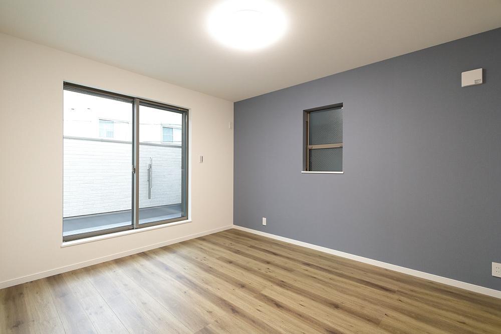 大きなベットを置いてもなおゆとりある7帖の主寝室。バルコニーに面した空間は朝の光が心地よく開放感が感じられます。(ローズガーデン37号地:2020年6月撮影)