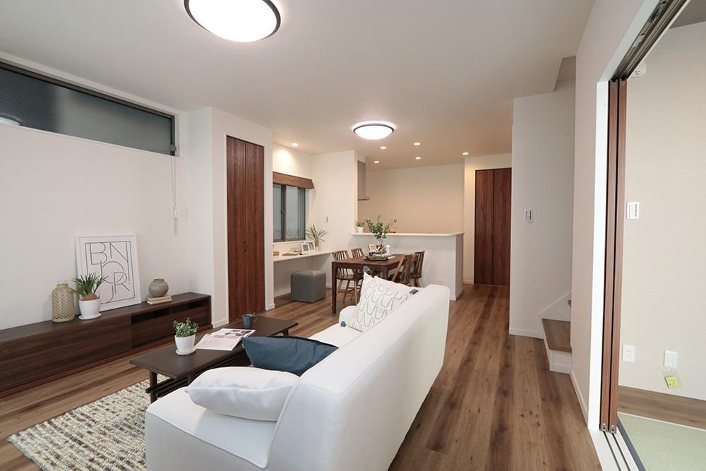 LDKは和室と合わせて20帖越えの空間。キッチンで料理をしたり、テレビを観たり、和室で昼寝をしたり同じ空間にいながらもそれぞれの時間を過ごせます。(ローズガーデン37号地:2020年6月撮影)