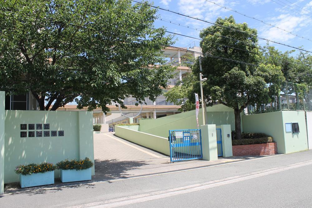 第17中学校まで420m 分譲地の北側、徒歩6分のところに第17中学校があります。