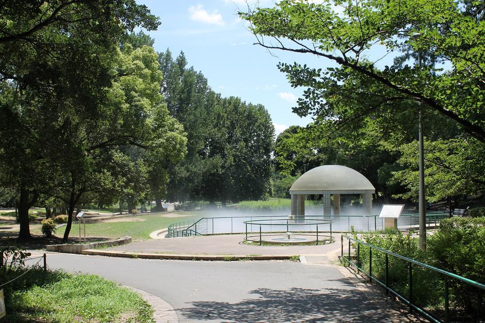 緑地公園の噴水は、都会の喧騒から離れた癒しのひと時を送れます。