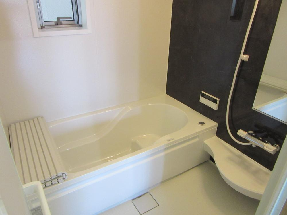 自動で洗ってくれる浴槽です。お掃除がとても楽です。<BR>エコジョーズ採用!<BR>浴室換気暖房乾燥機付き!<BR>室内(2016年12月)撮影