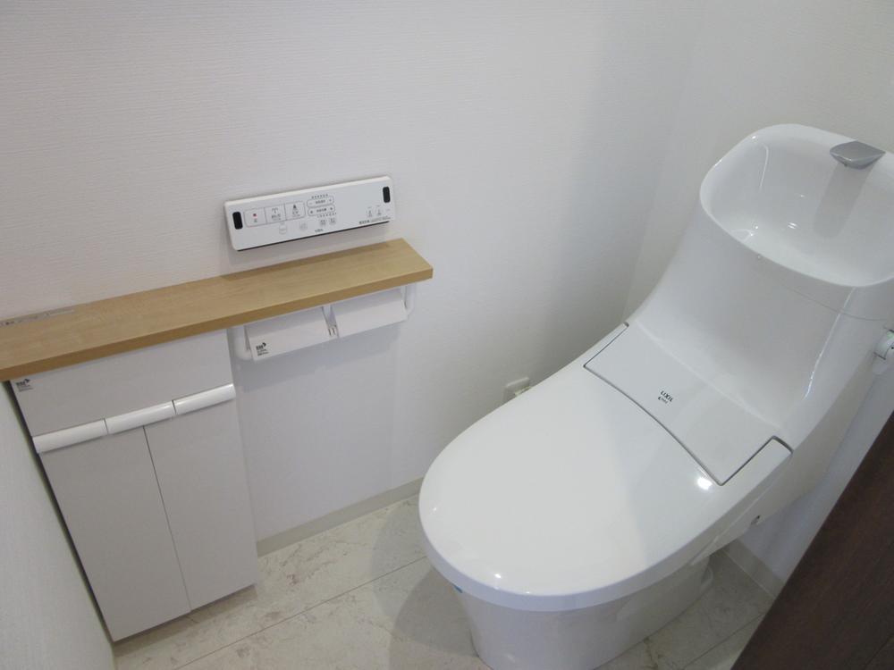 リクシル アクアセラミック採用!<BR>画期的な陶器アクアセラミック!<BR>新品のときの白さ輝きが100年以上つづきます。<BR>トイレの汚れがツルンっと落ちます。<BR>お掃除がとても楽です<BR>室内(2016年12月)撮影