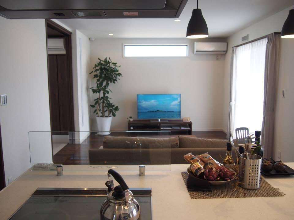 リビングも広いですが、奥には和室もあり、大人数の来客でも安心のゆとりのスペース。