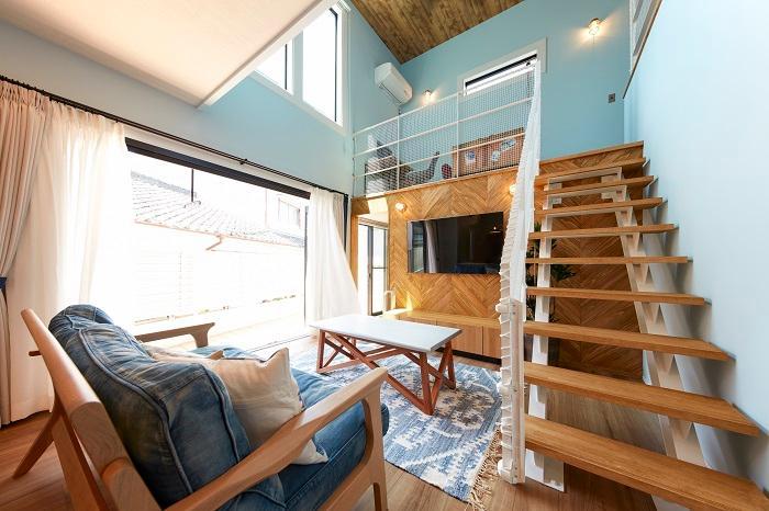 【弊社施工例】せっかく建てるなら遊び心を・・・階段の素材や、TV裏のヘリンボーンなどお部屋のインパクトをグッと上げる効果を引き出しています。