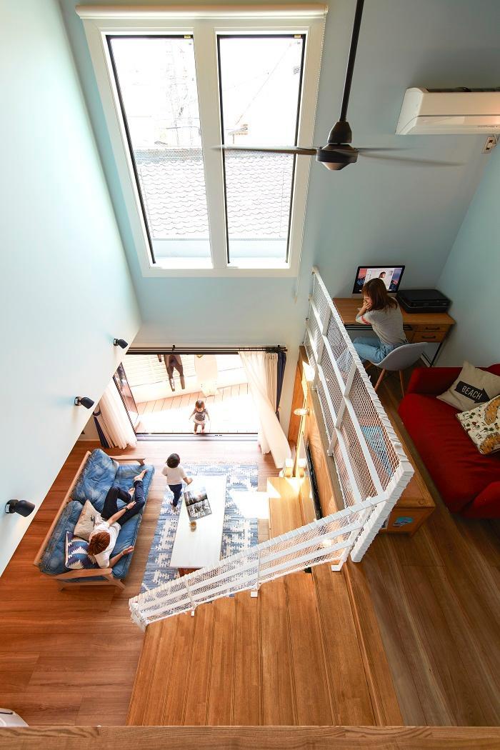 【弊社施工例】階段を上がると中2階が♪机と椅子を置けば立派書斎に早変わり♪