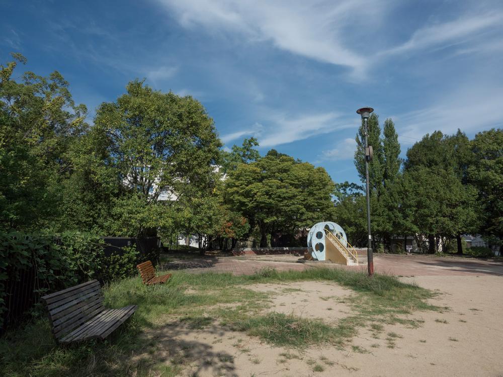 高塚公園まで40m 。現地のすぐ南・徒歩1分に広がる緑に包まれた高塚公園。現地の近くには甲南公園(約290m)や深谷公園(約340m)など、愛犬との散歩にもうれしい公園が点在しています