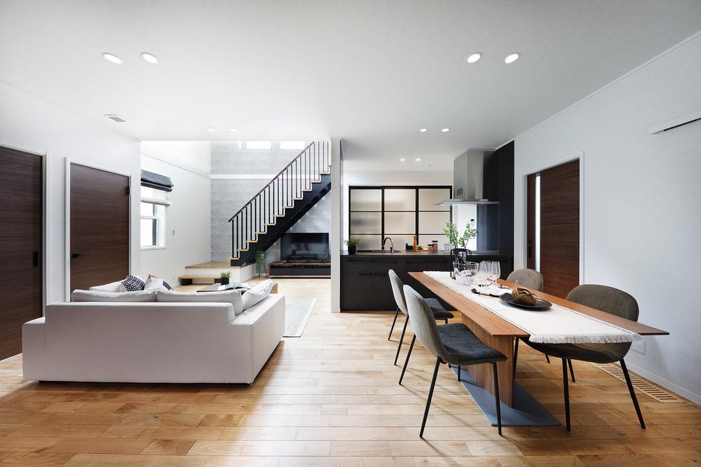 現地モデルハウスリビング。広々としたスペースにリビングイン階段を設置。家族のコミュニケーションが取りやすくなります。