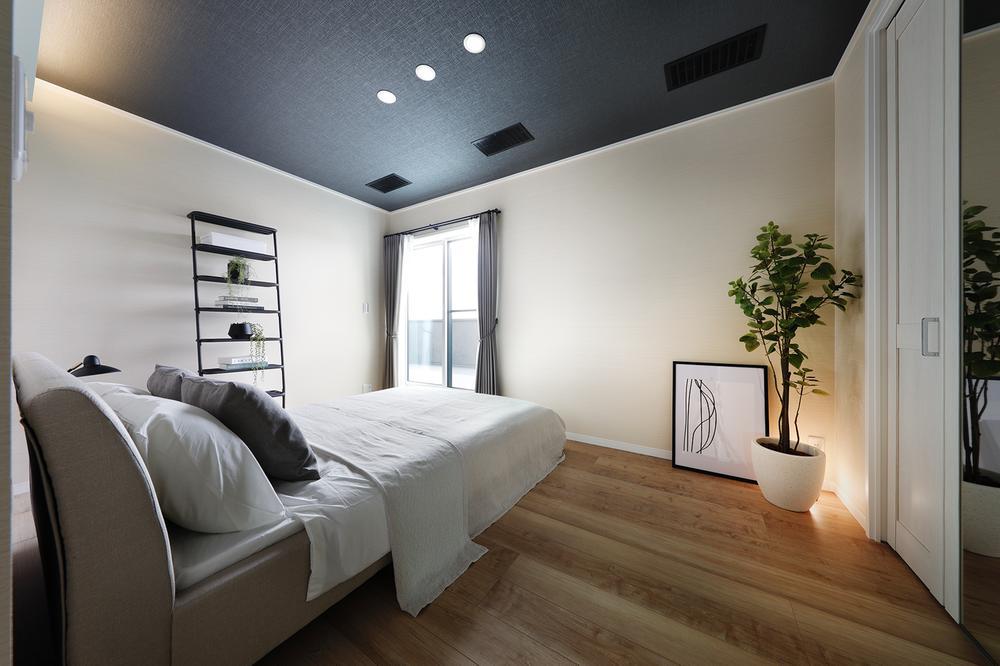 現地モデルハウス寝室。ダウンライトと間接照明の柔らかな光が注ぎます。