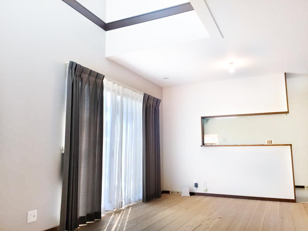 (2-3号地)吹抜けと大開口の掃き出し窓で明るさを演出しています。<BR>プロが選んだ大塚家具のカーテンをプレゼント!Wキャンペーン実施中です。