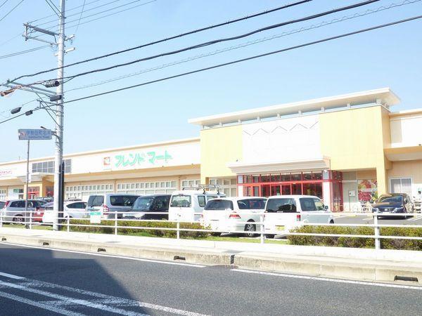 フレンドマート伊勢田店まで762m ドラッグストア、パン屋、クリーニング屋が併設されており大変便利です。営業時間:9:30~21:00 駐車場:有