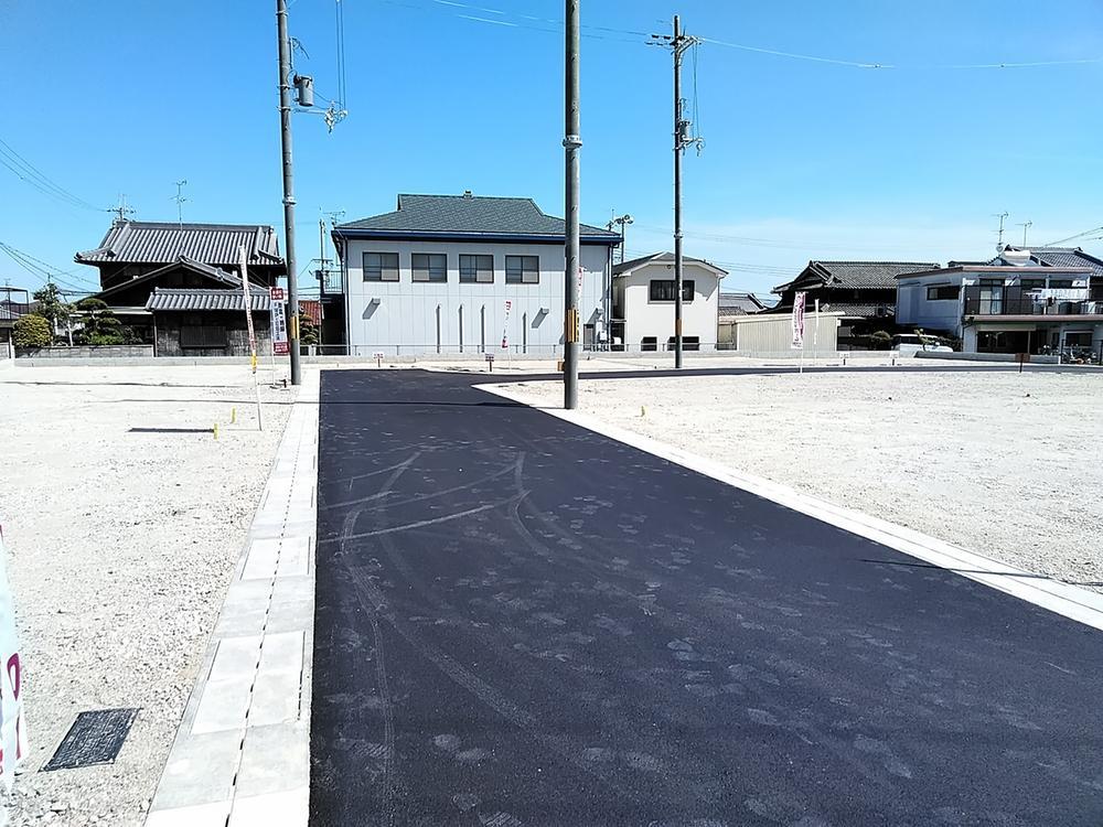 【前面道路】<BR>前面道路の幅員は、どこも5m以上を確保。分譲地内の道路は、ループ状で、住居者以外の車の侵入が少なく、防犯面でも安心です。車通りが少なく、駐車がしやすく、小さなお子様のいるご家庭も安心です。