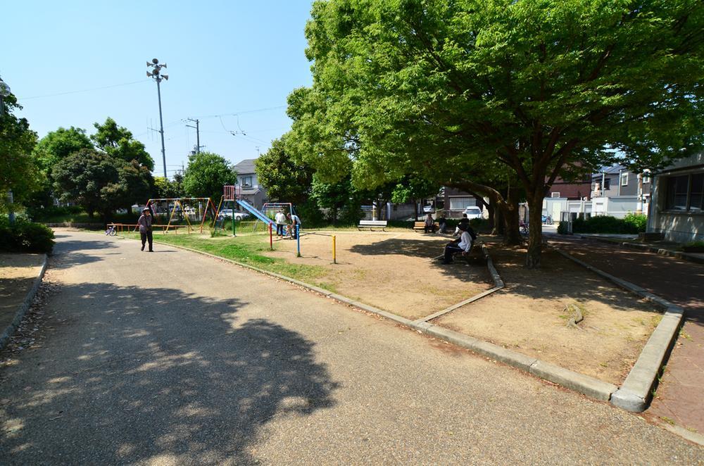 徒歩約3分の所にある緑豊かな南公園。お散歩に好適です♪