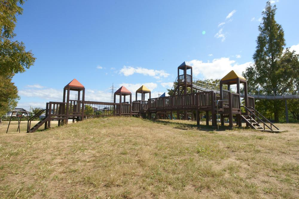 福田公園まで518m 徒歩7分。長い滑り台が特徴的な、子供たちに人気の木製遊具のある公園。