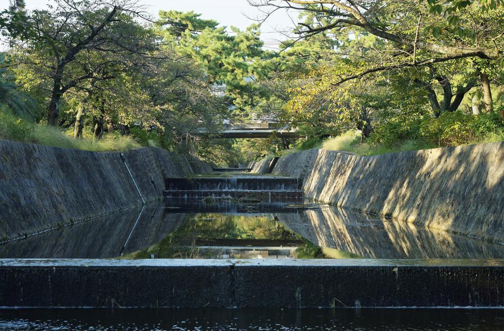 夙川公園まで1520m 桜のトンネルがとても綺麗で、紫陽花など四季を感じる公園です。犬の散歩や図書館帰りに寄り道などに非日常を味わうことが出来ます。