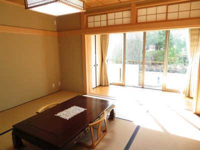 和室10.1帖の広々空間。大きな窓があり日差しを感じられるお部屋です。