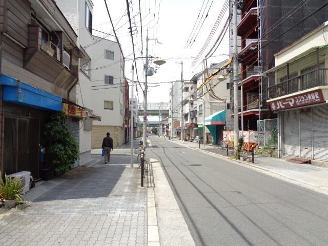 前面道路幅員11m。歩道もあり通行するにはとても安全です。