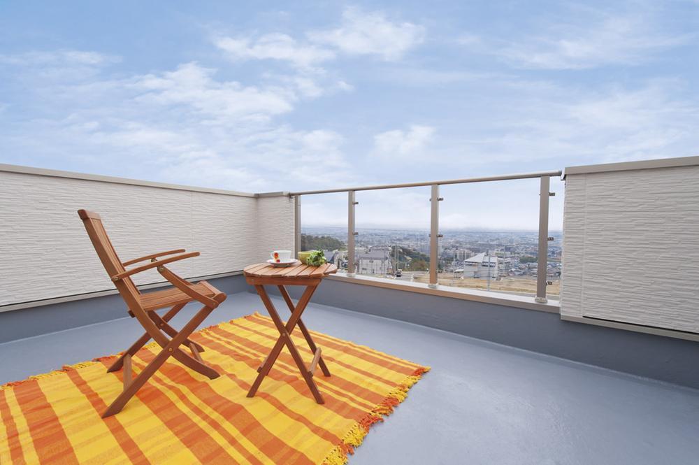 バルコニーでは、人の目線を期することなくゆったり寛ぎタイムを。心地よい風をうけながらの贅沢な空間を堪能しよう