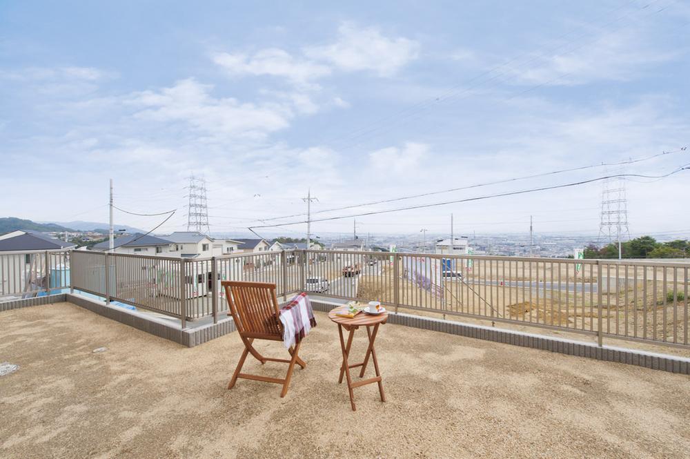 高台だから1階からもこの眺望を独り占め。友達を招いてのバーベキューなど、広さも十分