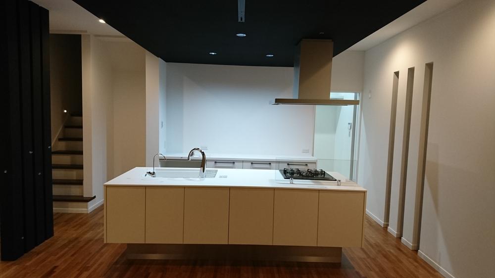 アイランドキッチン!空間を広く見せる事ができるお洒落なキッチンです。パナソニック製