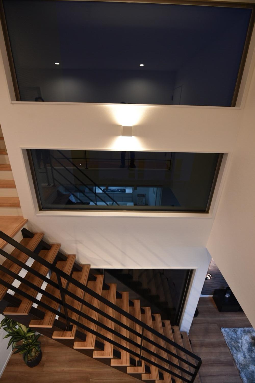 2階のアプローチから見える風景はまるで一枚の絵画のよう。時間の経過によって移り変わる様もきっと素敵だろう