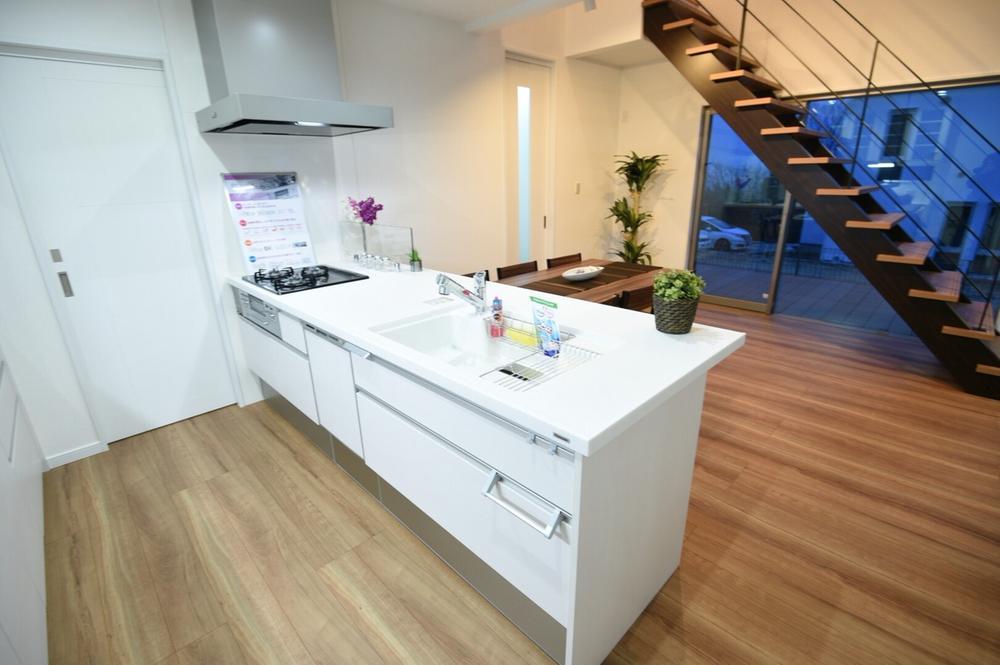 清潔感溢れるキッチン。食器洗乾燥機など使い勝手のよい設備も完備。背面の収納力にも大満足