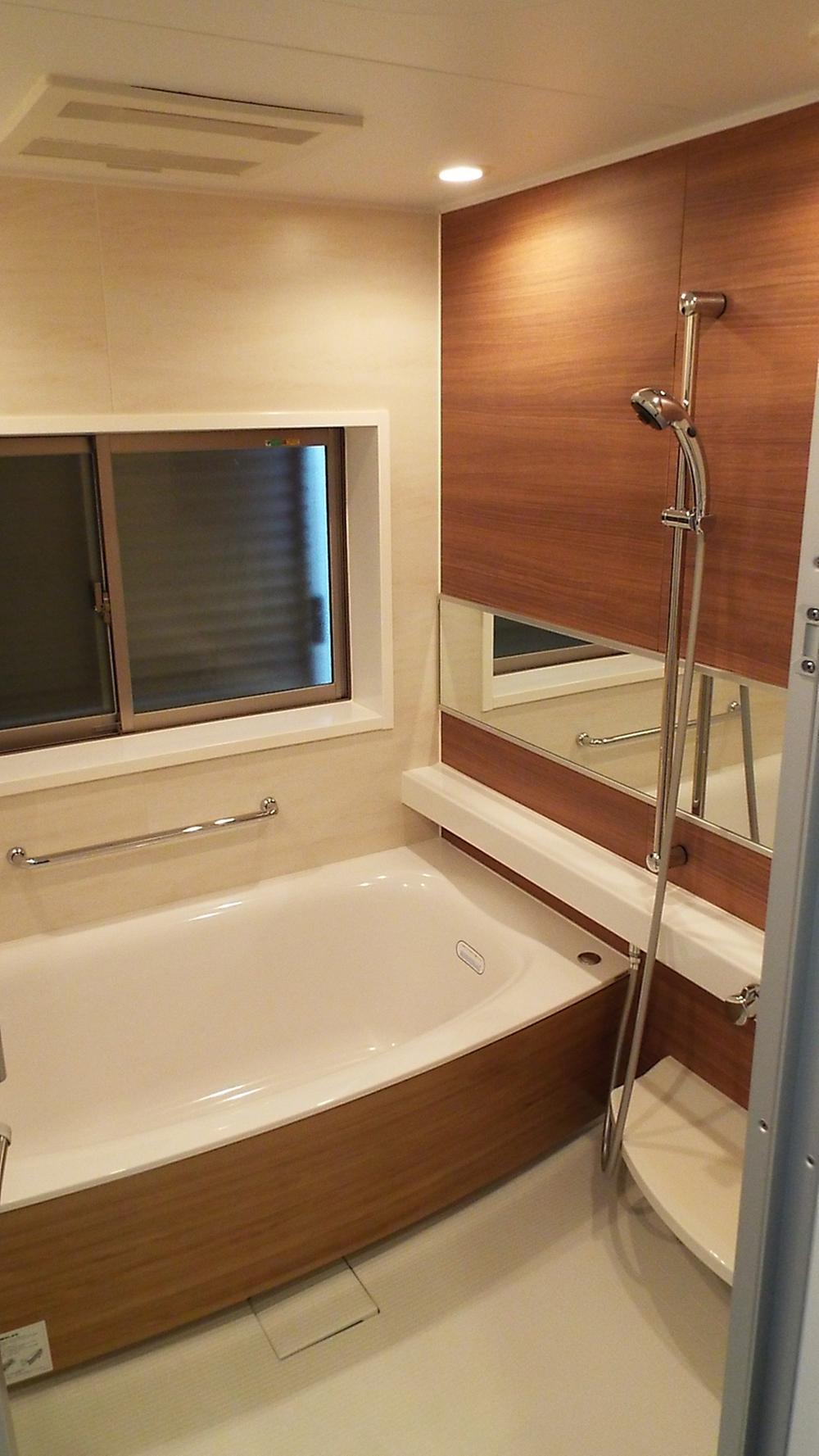 浴室乾燥暖房付きのおしゃれな浴室。