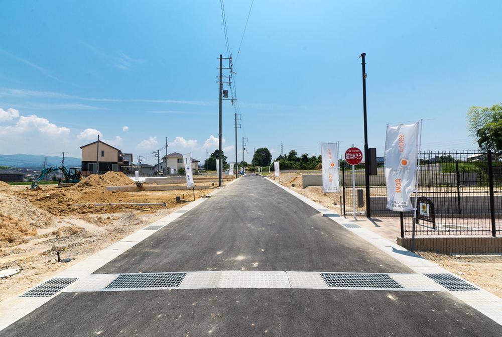 前面道路は5~6mと広々です。