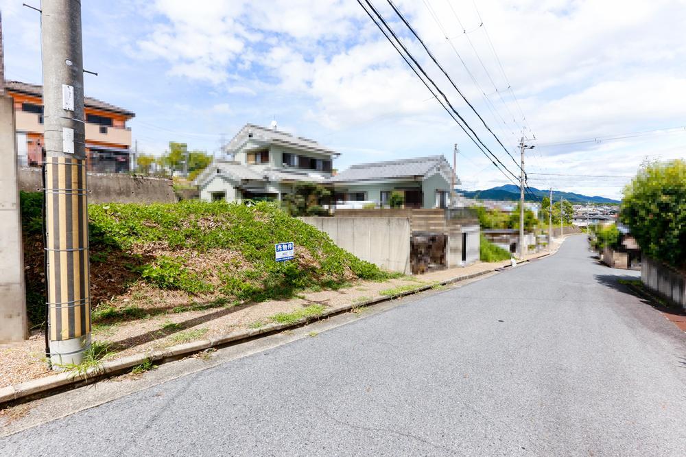 【現地土地写真】<BR>前面道路は約6m、家から車で出る際にも見通しが良く運転がしやすいです。