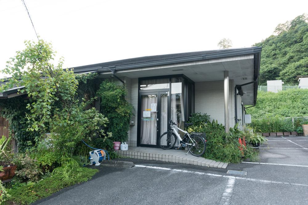 尾上歯科医院へ徒歩12分(約950m)です。六田駅から徒歩約2分(約150m)にあり、通勤通学のついでに通いやすい立地です。