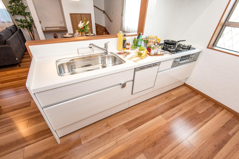 【8号地モデルハウス・キッチン】<BR>リビング全体を見渡すことができて人気のカウンターキッチンです。作業台、流し台が広く、食洗機付きの使い勝手のいいキッチン♪白で清潔感あります。