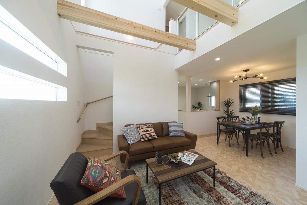 ご家族のコミュニケーションを育む「リビング階段」&「吹抜け」を採用したリビング。上部からの明るい陽光に包まれる、開放的な寛ぎ空間です。/当社施工例