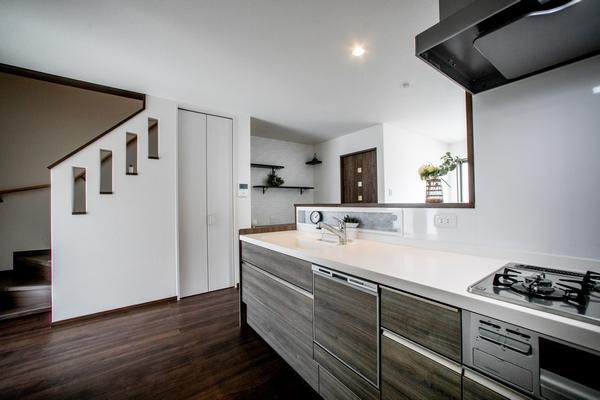 キッチンは、食器洗い乾燥機やシャワー水栓など多機能を装備しました。キッチン横に階段がありますので、子どもの帰宅時の様子もチェックできます(12号地)