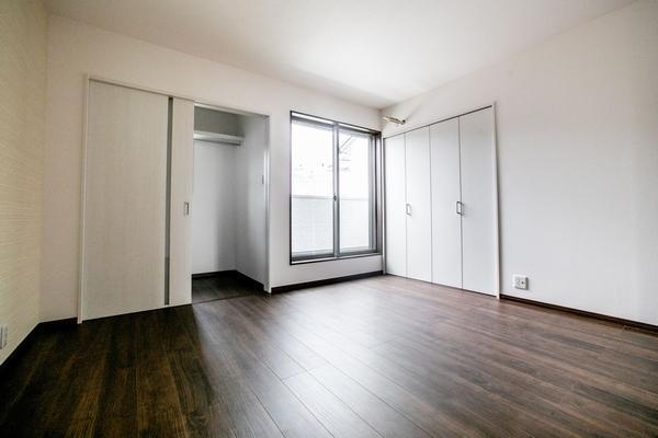 主寝室に適した8.3畳の洋室には、たっぷりの収納力を誇るウォークインクローゼットと物入を確保しました(12号地)