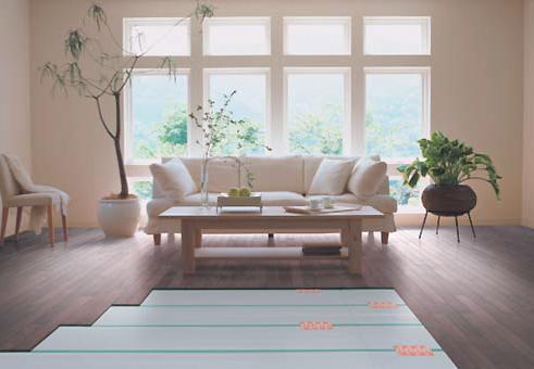 ○足元から部屋全体が、ムラなく暖かい<BR> 床面からのふく射熱で部屋全体を暖めます。<BR> 床の表面は、体温よりも低い約30度程度なので、体にやさしく快適な暖房です。<BR>○静かで空気のきれいなお部屋を実現<BR> エアコンのように風を起こさない暖房で、ホコリを巻き上げず、送風音もありません。<BR> ちいさなお子様のいるご家庭にもおすすめです。