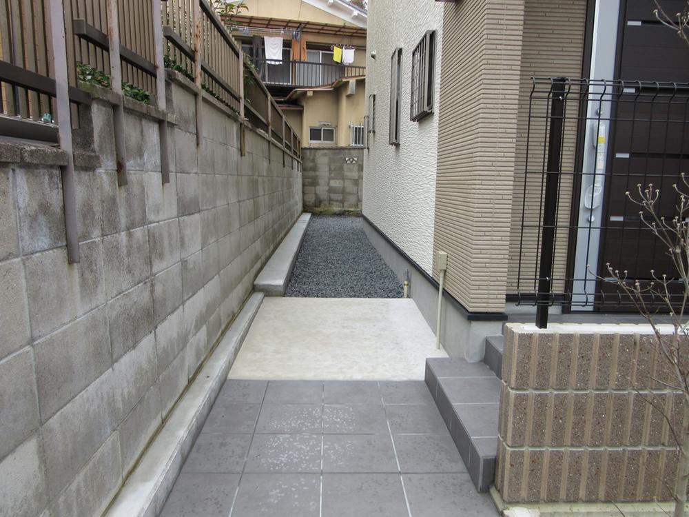 玄関横の隣地との空き。<BR>ゆとりの空間があります!<BR>現地(2016年2月)撮影