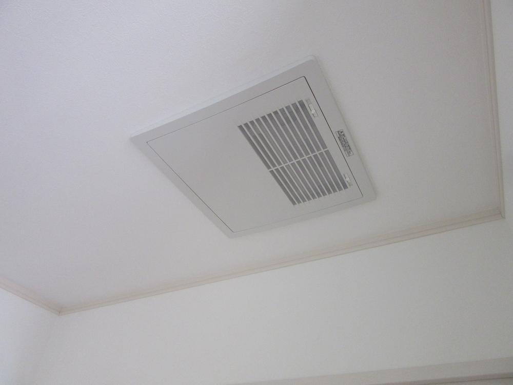 熱交換気ユニット!1階2階それぞれの天井に設置しています。室内空気を循環させ空気をきれいにします。同時給排気しながら熱交換換気を行い、換気による熱ロスを約70%防ぎます。<BR>室内(2016年11月)撮影