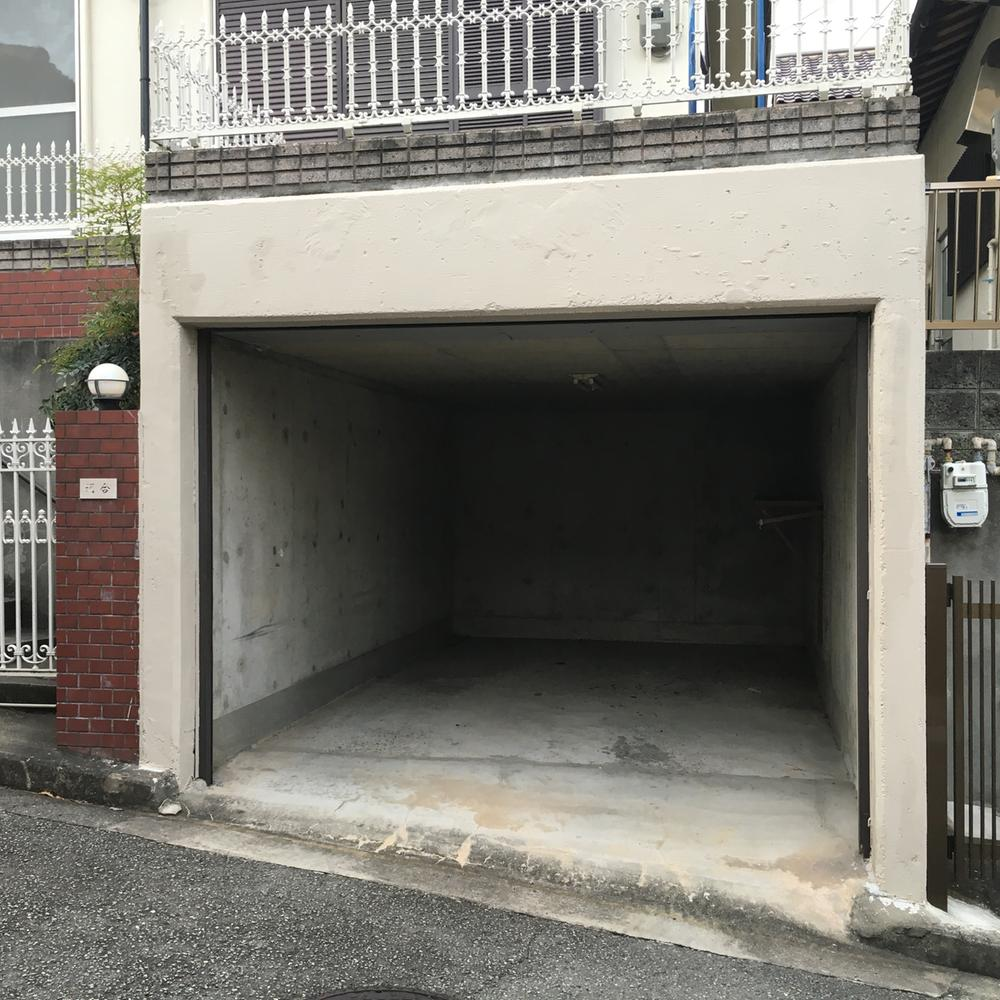 現地(2016年8月26日)撮影<BR>駐車場 掘り込み式車庫が1台分ございます。<BR>雨にもぬれませんので、お車も大切に保管できます。