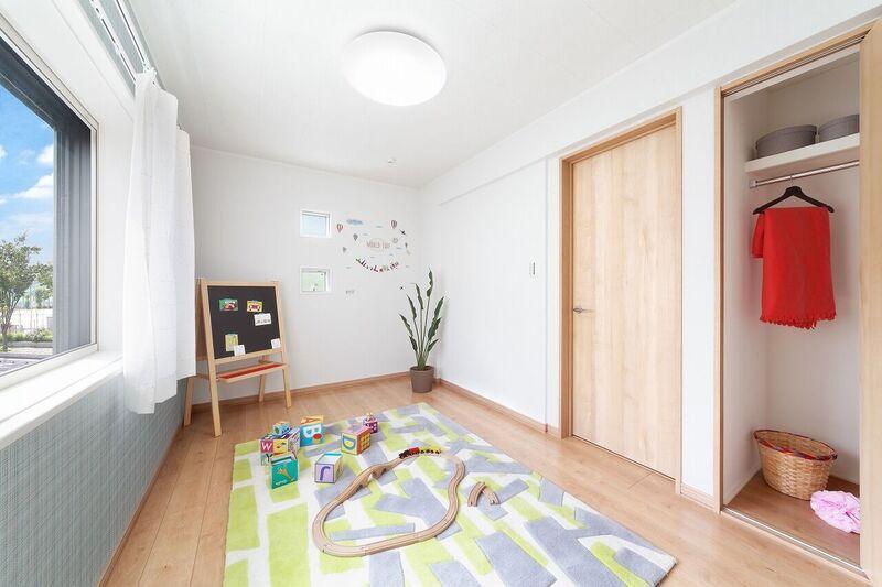【当社施工例】<BR>窓から明るい光が入り込む子供部屋。<BR>ウォークインクローゼットも付いているので、住空間はいつでもスッキリ保てます。片づける習慣も、身に付きそうですね。