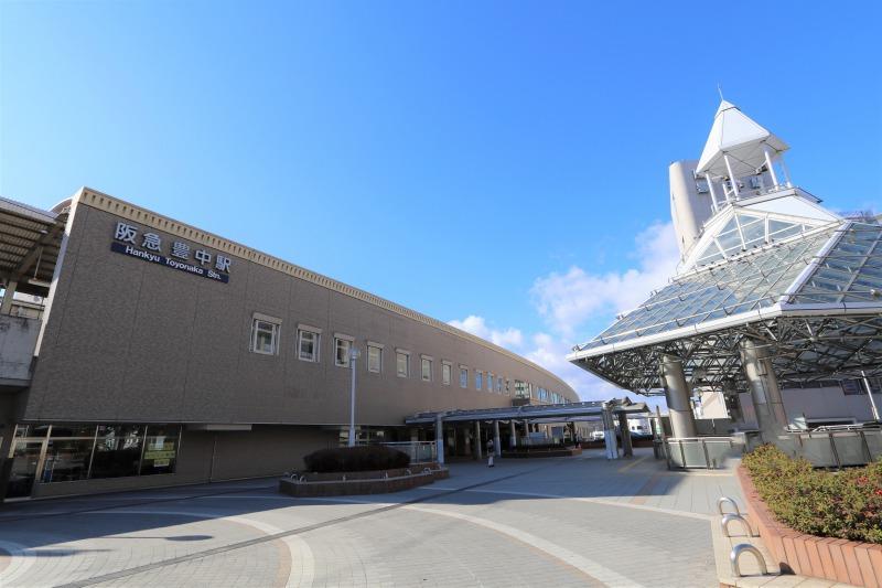 阪急宝塚線「豊中」駅まで1300m 徒歩17分・自転車約6分。急行停車駅で、大阪や神戸・京都などの都心部へ良好なアクセスを実現。駅前にはスーパーが複数あるので、仕事帰りにお買い物ができて便利です
