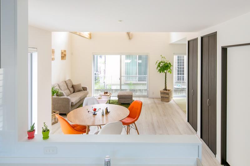 施工例①のリビングをキッチンからの目線です。視界の先が広がりを設けて広く感じる効果を演出しています。