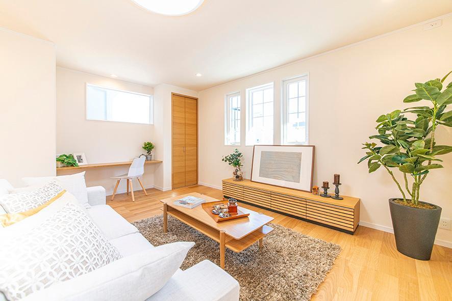 NEWモデルハウス リビング<BR>広々としたリビングスペースは、スッキリとした空間にスタディースペースも設けてあるので、いつも家族とのコミュニケーションが自然と育まれますね。