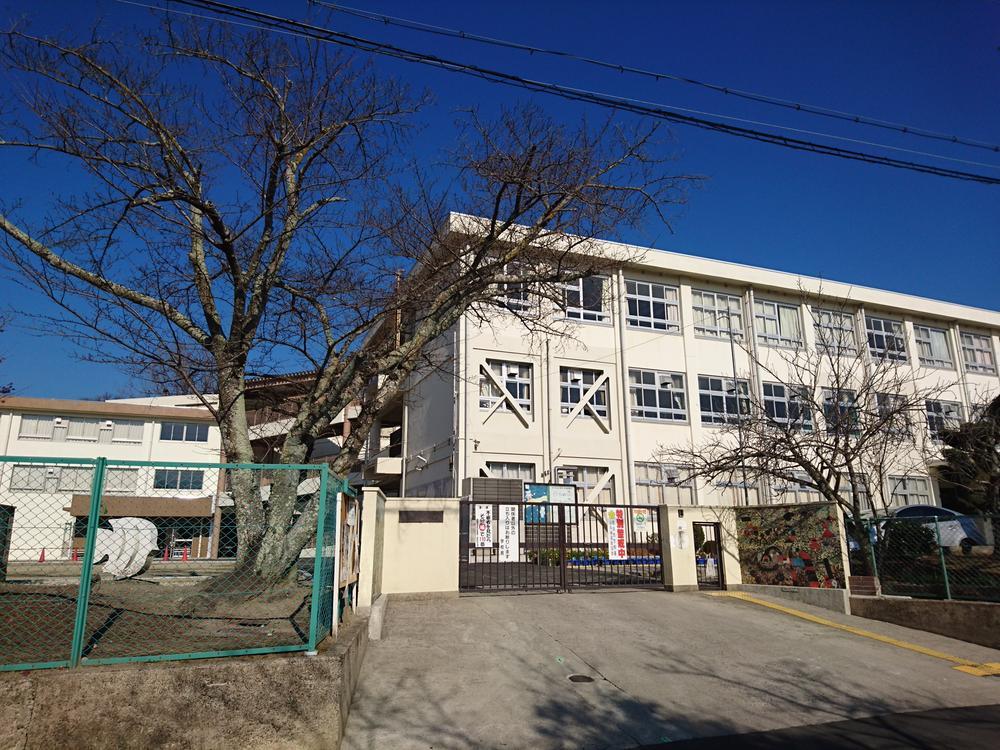奈良市立あやめ池小学校まで996m