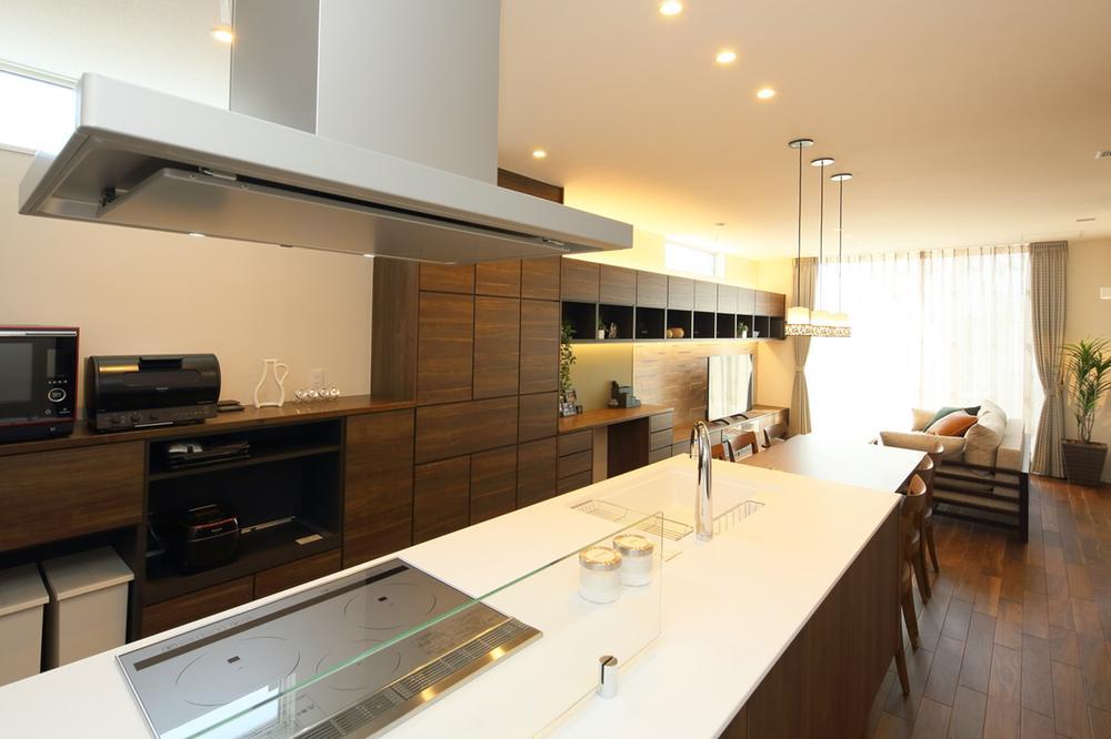 街かどモデルハウス(見学・宿泊体験:完全予約制)<BR>オープンなLDKや充実のシステム収納で開放感とのびやかな暮らし。プライベートバルコニーのある寝室や趣味・家事に使える多目的スペースなど見どころが満載。