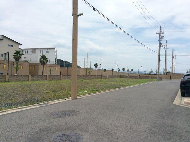 区画内は前面道路幅員6mのゆとりと、高低差の少ないバリアフリーに配慮されています。<BR>公園や小学校、バス停はもちろん、整備されたゴミステーションにも近く便利です。