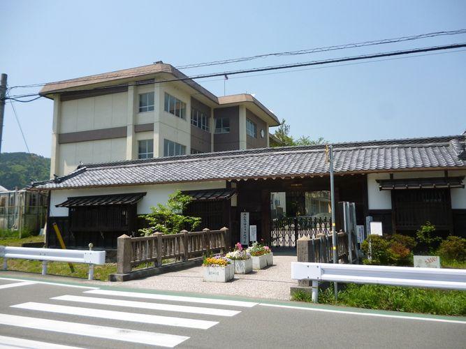 亀岡市立千代川小学校まで1600m