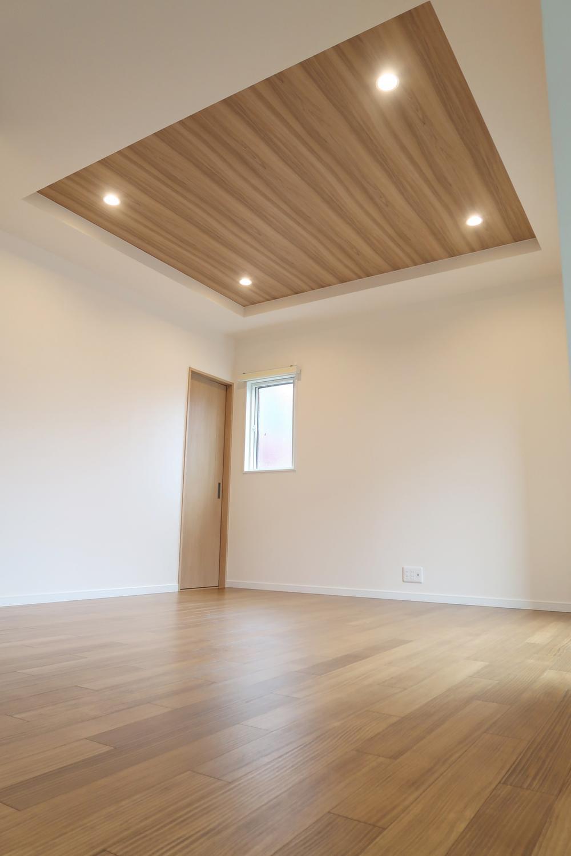 【弊社施工例】折り上げ天井で自宅のリビングを『魅せる』空間へ。
