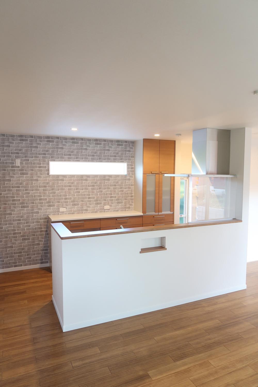 【弊社施工例】キッチンの背面に採光窓。キッチンスペースを明るく快適に。