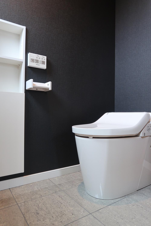 【弊社施工例】トイレの扉を開けるとブラッククロス。ギュッと空間が引きしまります。