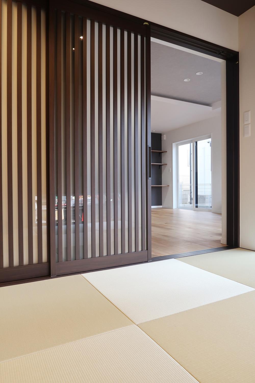【弊社施工例】扉を格子戸にすると和室がモダンな空間に変わりますね。