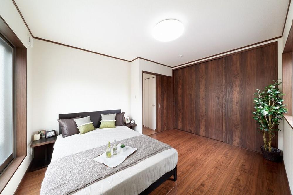 【当社施工例】<BR>天井材は、不快な生活音や室内の音の響きを和らげる、ひとクラス上の心地よい暮らしを実現できます。高い機能・性能とデザイン性。意匠性だけでなく、吸音、調湿、お手入れが簡単な天井材です。